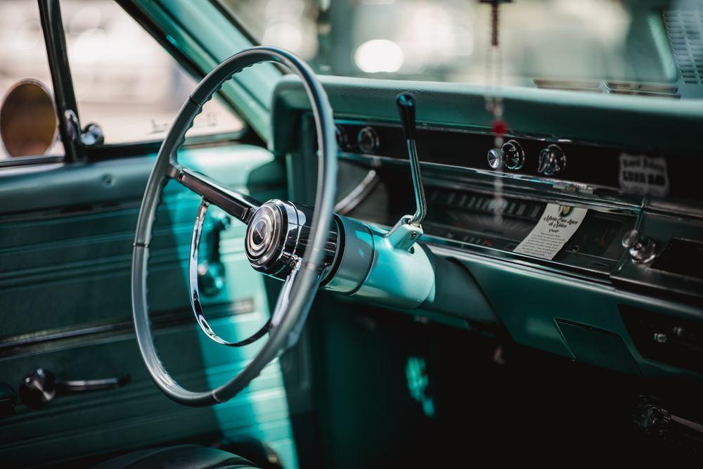 En gammel bil med spennende interiør